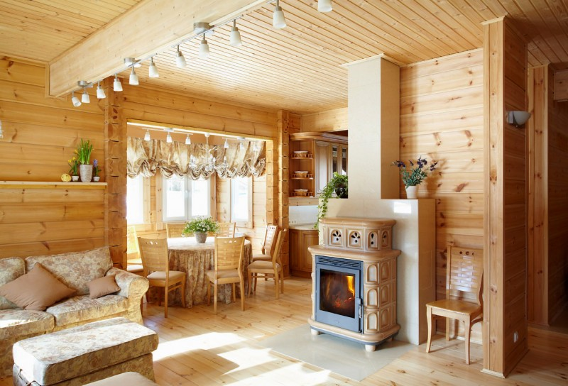 Een kijkje binnen binnen in een warm en gezellig fins houten huis van rovaniemi log houses - Interieur van een huis ...