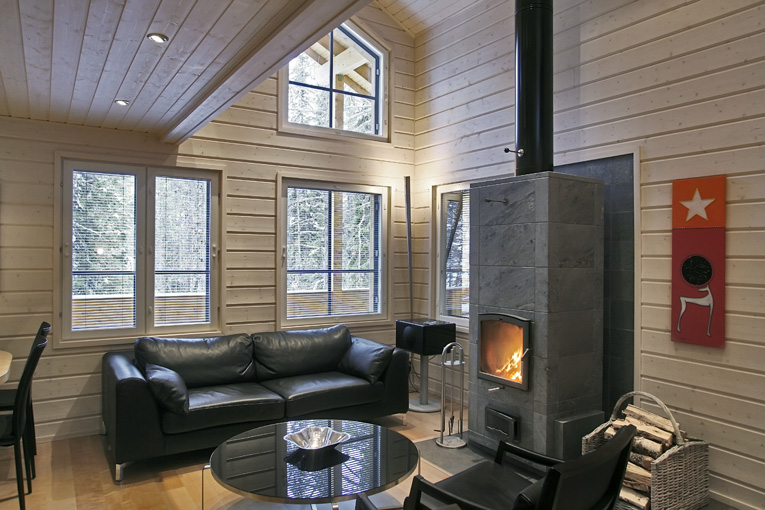 In een finse houten huis woonkamer logbouw woning uit finland - Binnen houten huis ...