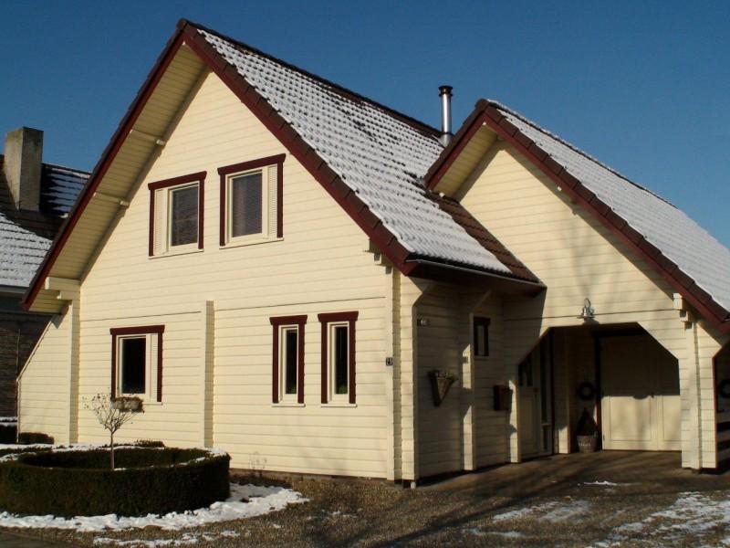 Foto modern fins houten huis gebouwd met gelamineerde logs finland - Houten huis ...