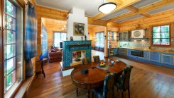 Interior de una casa de madera de lujo de Finlandia
