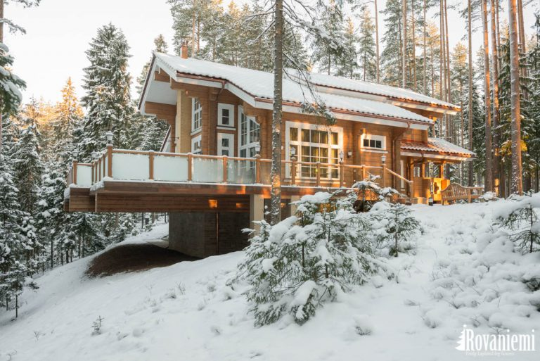 Aura – Wooden house with saunas and pool by Rovaniemi Log House
