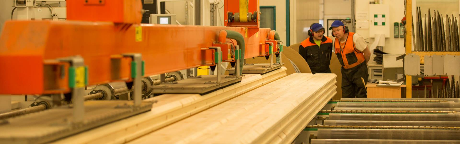 De vervaardiging van een logbouw-woning geschied met moderne apparatuur onder strenge regels en met inachtneming van alle internationale kwaliteitsnormen.