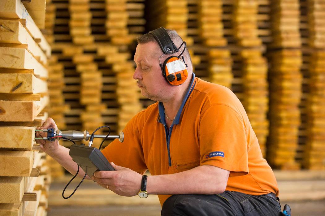 Technologia produkcji domów z drewna kryje w sobie wiele subtelności i niuansów.