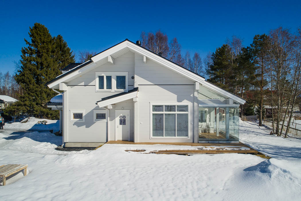 Rovaniemi Log House in Oulu, Finland – Outside view with terrace.
