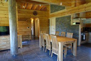 L'intérieure d'une maison en bois écologique en madriers contrecollés de Rovaniemi