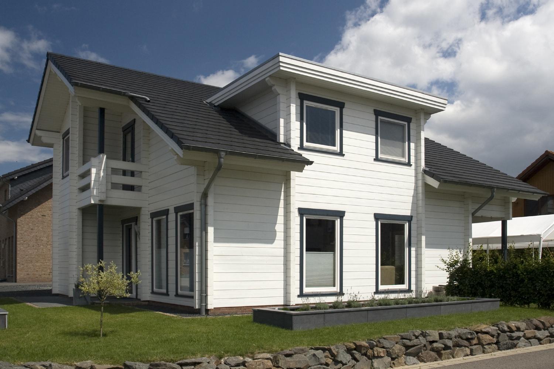 maison en bois moderne en madriers contrecoll s de. Black Bedroom Furniture Sets. Home Design Ideas