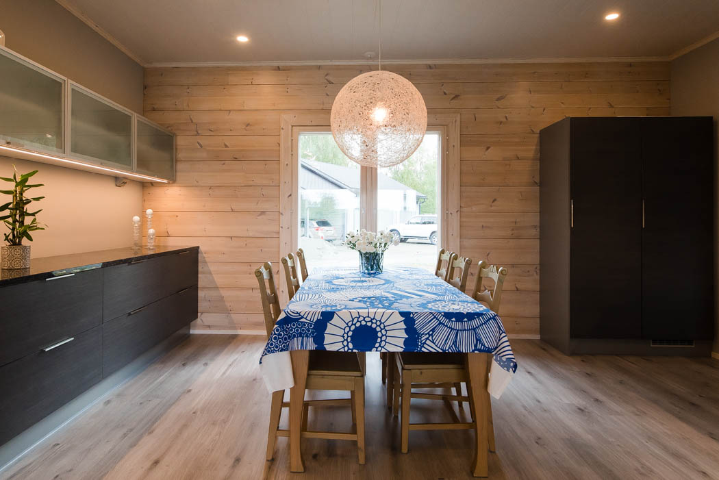 Kitchen in a cosy wooden home by Rovaniemi Log House.