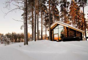 Rovaniemi Hirsitalojen Ruotsin Lappiin toimittama kelosta tehty hirsihuvila