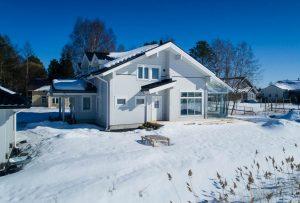 Rovaniemi Hirsitalojen Oulun alueelle toimittama moderni puutalo