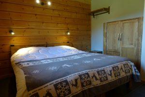 Vapaa-ajan käyttöön rakennetun lamellihirsitalon makuuhuone